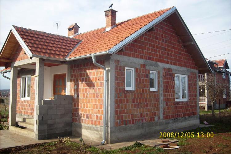 Shitet Shtëpia e re një katëshe me sip. prej 65m2 dhe 30 arë truall në Fushë Kosovë