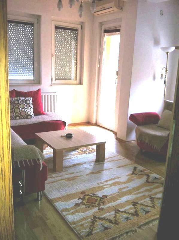 Jepet me qira banesa 2 dhomëshe në lagjen Aktash, afër OSBE-së, me sipërfaqe 60m2 kati 3-të