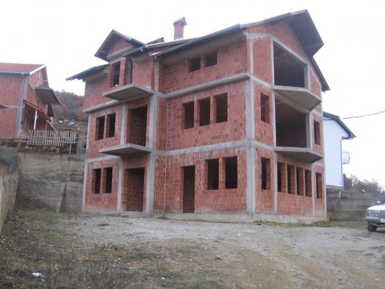 Shitet shtepia 3 kateshe sipererfaqe 280m2 në lagjen Sofali afer Gjamisë