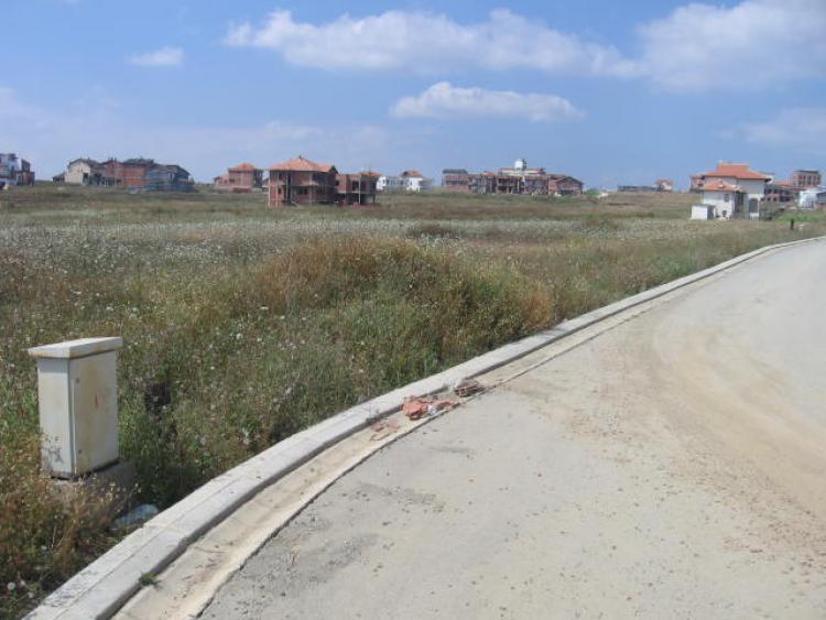 Shiten 2 troje me sipërfaqe nga 5 ari, në Veterrnik prapa lagjes 038. Trojet janë të parcelizuara, me infrastrukturë komplet, rrugë, rrymë, ujë, kanalizim.