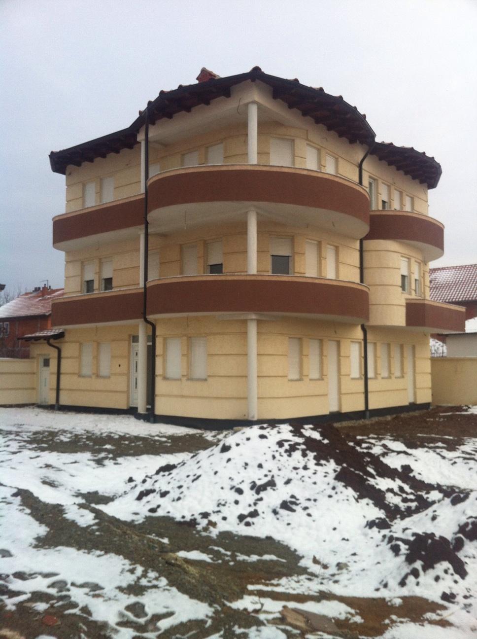 Shitet shtepia 3 katshe ne Fushë Kosovë afer Postes, me 10 ari truall dhe siperfaqe banimi 540m2