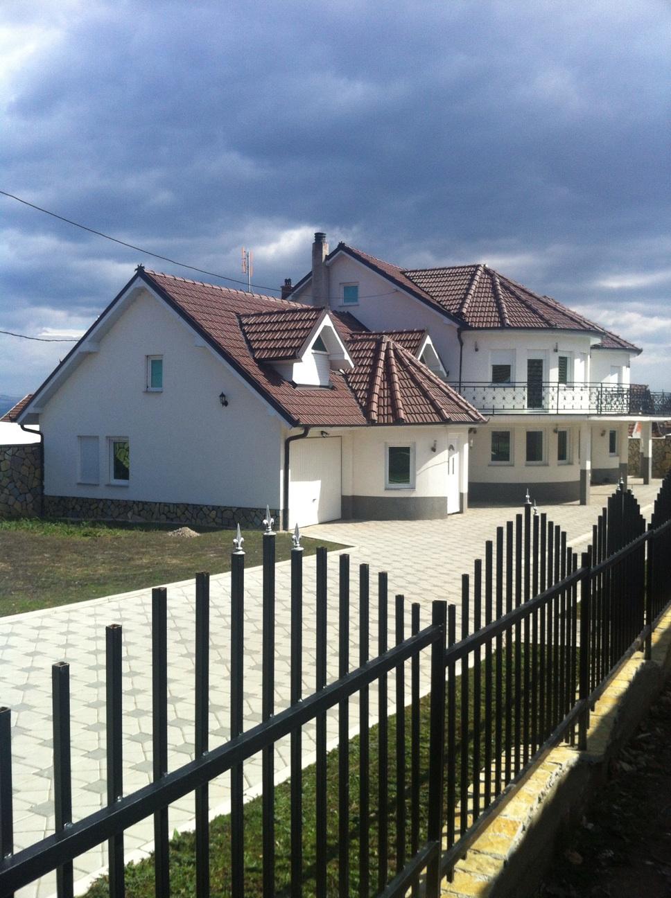 Shitet shtëpija 2 katëshe në fshatin Magure e Sllatinës, me sipërfaqe 240m2, me 8.2 ari oborr