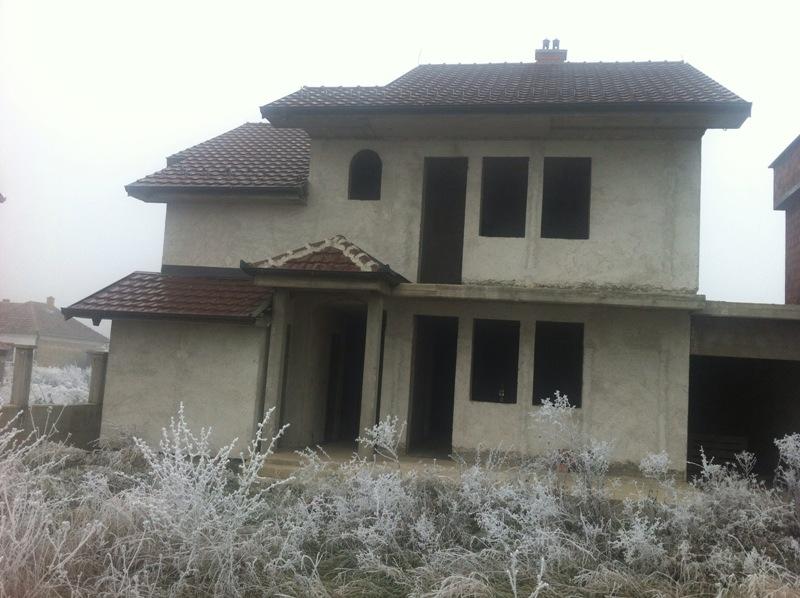 Shitet shtëpia 2 katshe në Fushë Kosovë (Mbrapa Murebestit, rrugës për Uglar) me sipërfaqe 180m2 dhe ka 4 ari truall