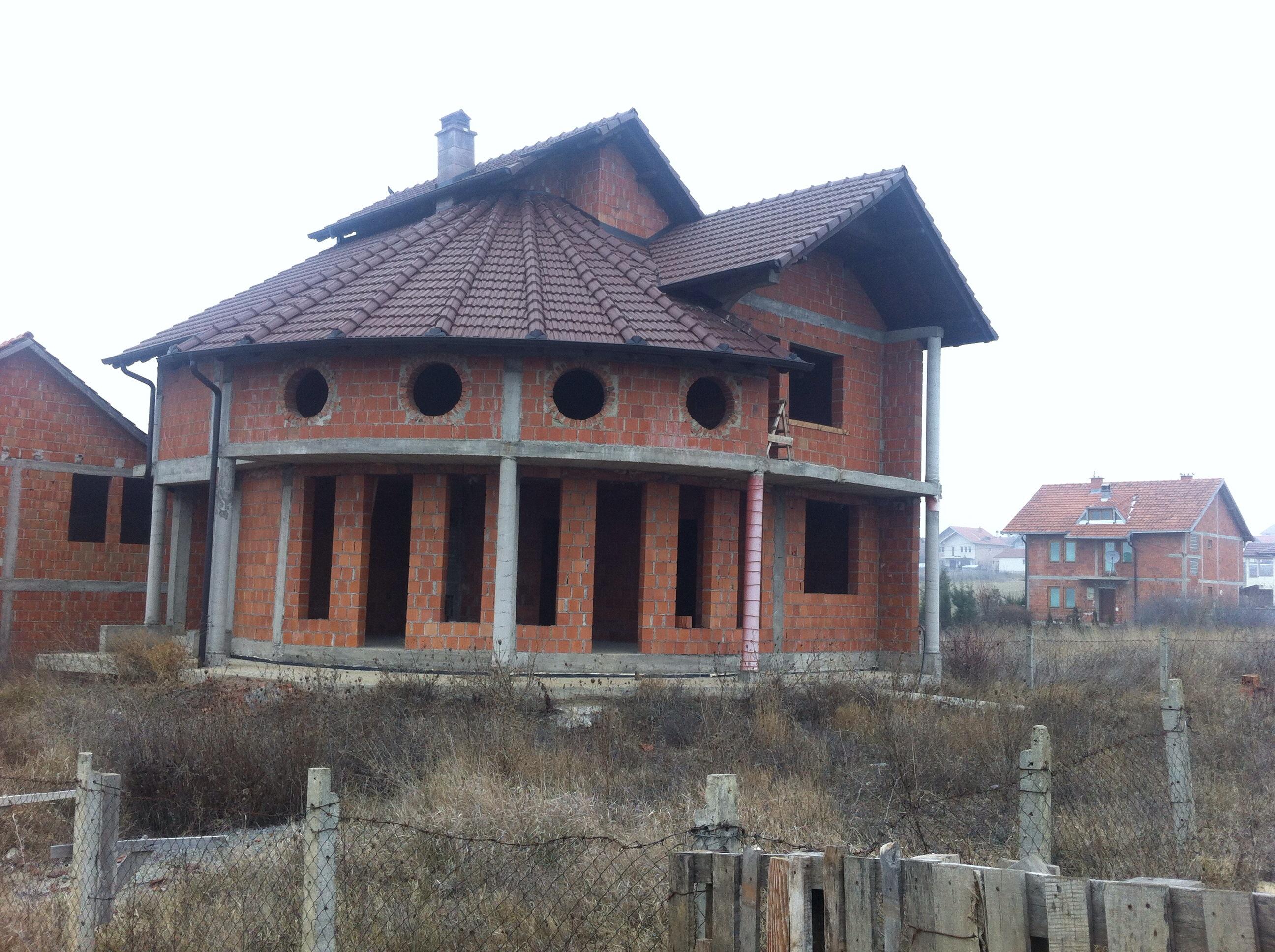 Shitet shtëpia 2 katëshe në Hajvali me sipërfaqe 250m2 dhe ka 4.20 ari truall