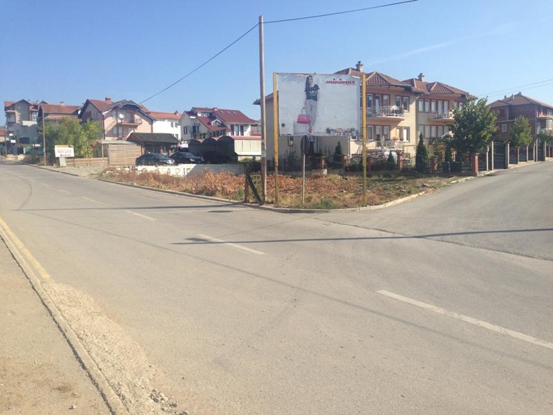 Shitet 4 ari truall në lagjen Arberia (te Maxi), trualli është në vend te qet banimi, me infrastruktur, rrym, ujë, kanalizim.