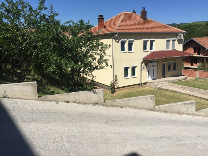Shitet shtepi 3 katëshe me 12 ari truall 300m2,  në Taukbahqe