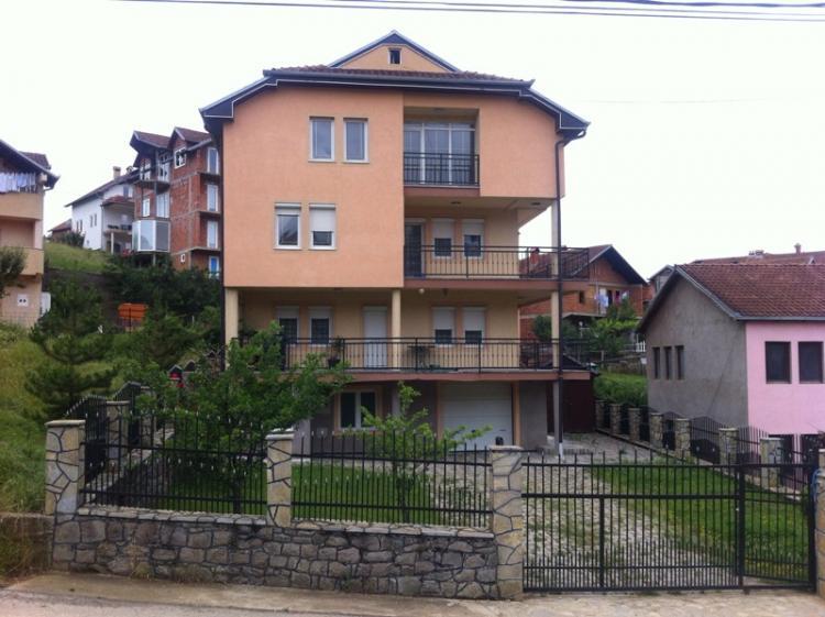 Shitet shtëpia 4 katshe në Lagjen e Spitalit (mbrapa Eulex-it) me sipërfaqe 450m2 dhe ka 4 ari truall