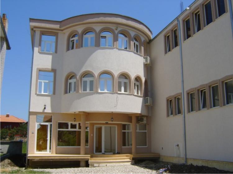 Objekt afarist për shitje në lagjen Kalabria, me sipërfaqe 950m2, me gjithsej 7 ari truall. Objekti ka 3 kate zyre me sipërfaqe 350m2, dhe 2 kate objekt i destinuar për veprimtari prodhuese me sipërfaqe 600m2.