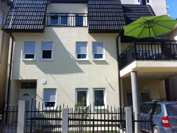 Shitet shtëpia 3 katëshe, 350m2, me 3 ari truall, në Mati 1, mbi rrugën B