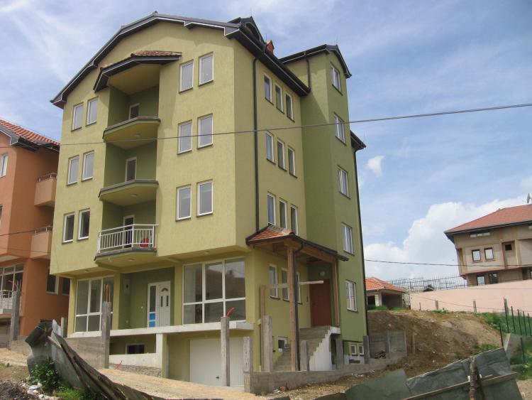 Shitet shtëpia 3 katëshe 600m2, me sipërfaqe të truallit 2.5 ari në Lagjen e Spitalit