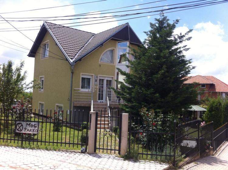 Shitet shtëpia 2 katëshe me sipërfaqe 270m2, me 3.6 ari truall në lagjen Mati 1