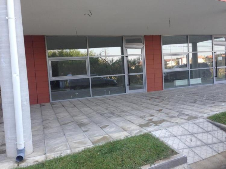 Shitet lokali afarist në lagjen Kalabria (Te Narteli), me siperfaqe 68m2, kati perdhesë. Lokali gjendet buzë rruges. Lokali është mjaft i përshtatshëm për veprimtari të ndryshme si për: depo, magazina, zyre, ordinanc etj.