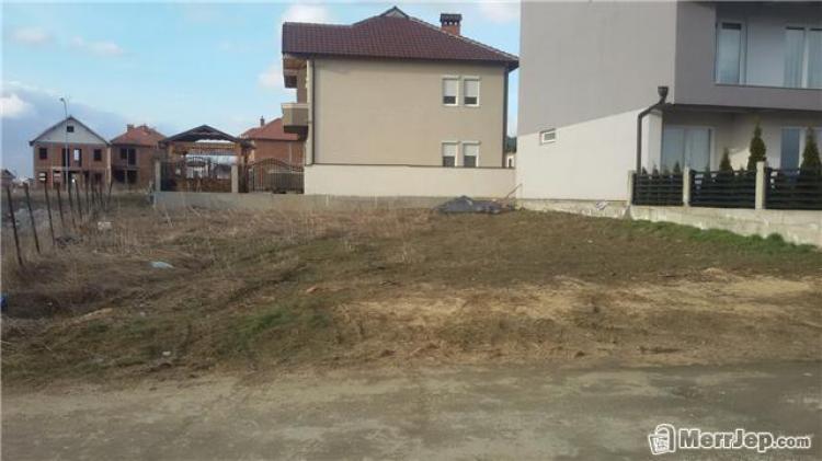 4 Ari Truall për shitje në lagjen Veterrnik, (mbrapa Gorenjes te Fortesa). Trualli ka te gjithë infrastrukturen e nevojshme si: uje, kanalizim , rryme, rrugë