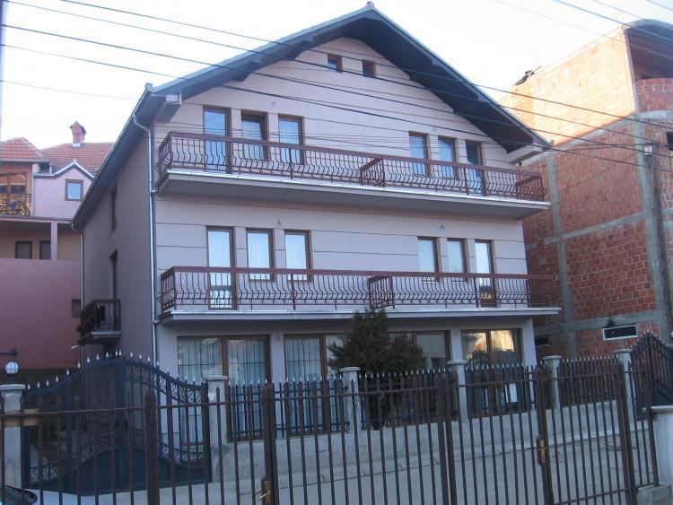 Shitet shtëpia 3 katëshe me 2 hyrje të ndara sip.380m2, sip e truallit 3.64 ari, në lagjen Velania.
