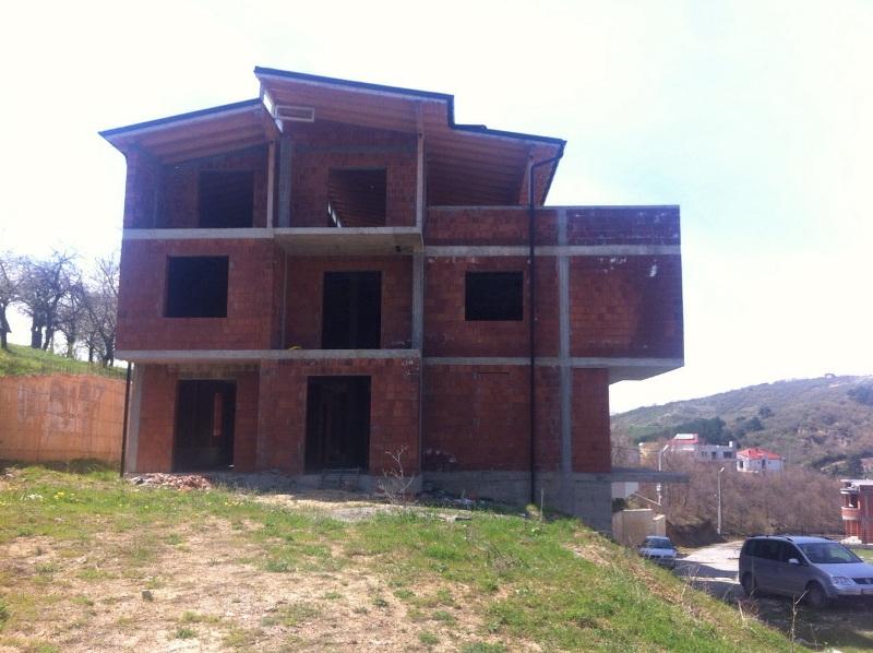 Shitet shtëpia 3 katëshe me 8 ari truall në Sofali, me sipërfaqe 390m2