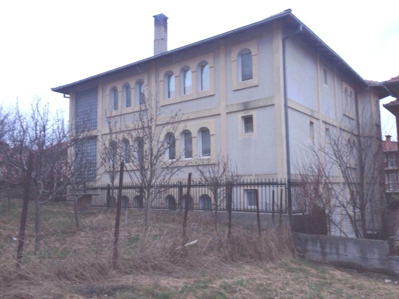 Shitet shtëpia 3 katëshe me 4 ari truall në lagjen Vreshta, me sipërfaqe 600m2 banim dhe 400m2 lokale