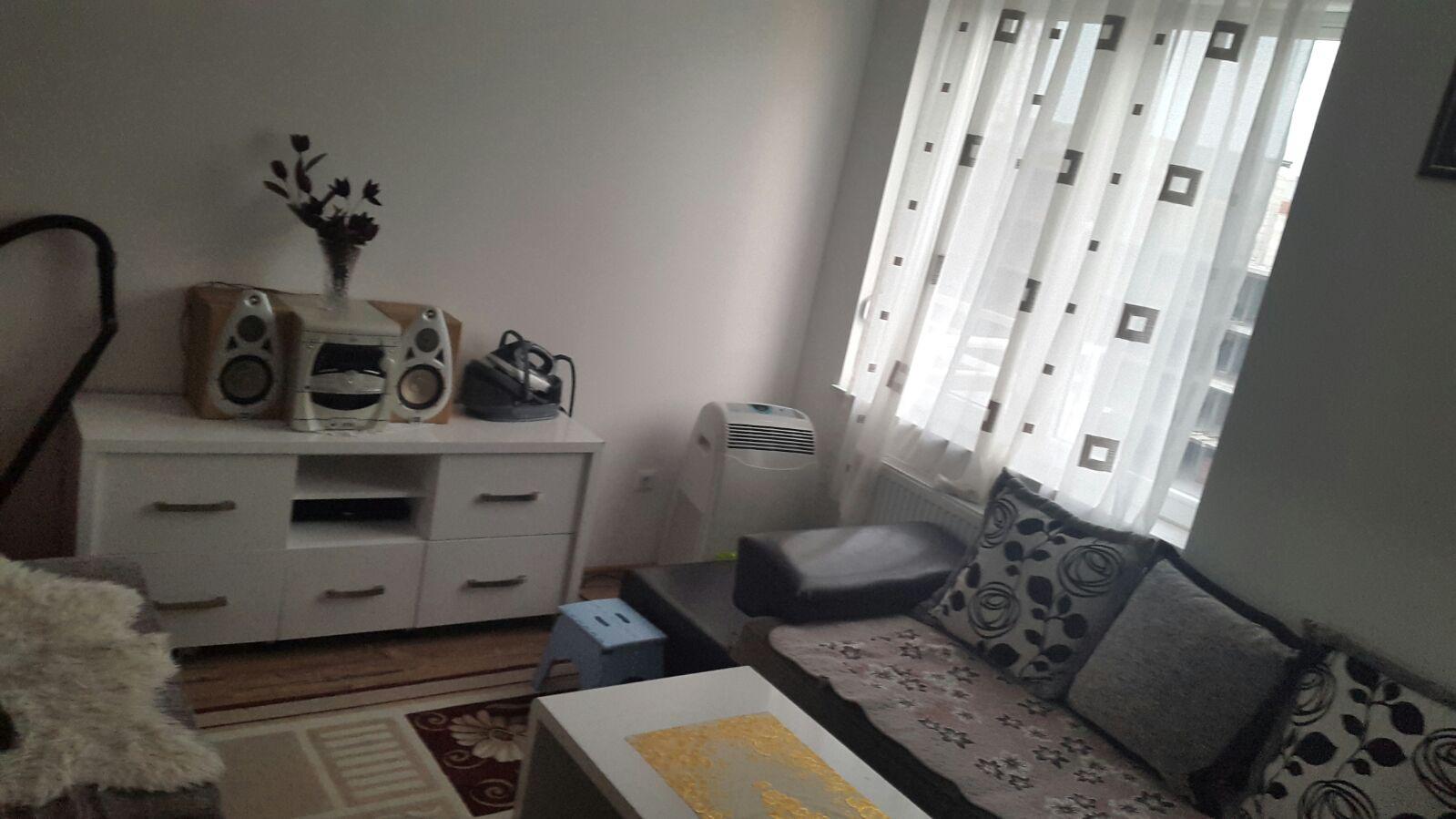Shitet banesa Pent Haus 4 dhomëshe në Fushë Kosovë, 140m2 (banim), kati 8-të (me lift).