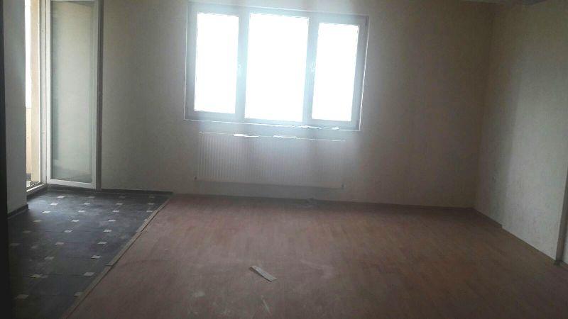 Shitet banesa 3 dhomëshe në lagjen e Spitalit, 82.5m2 në katin e 4-tër