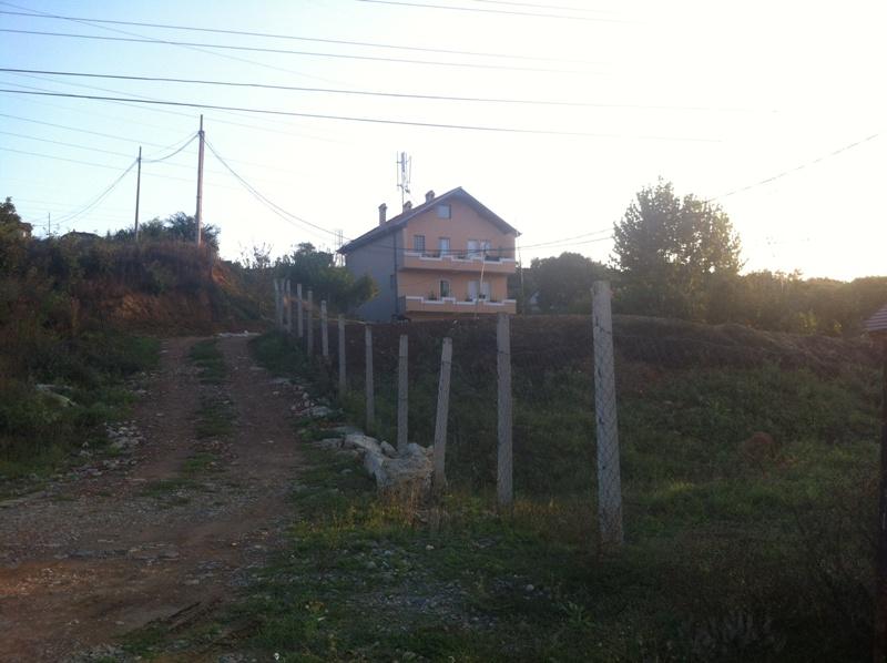 Shitet shtëpia 3 katëshe me 28 ari truall në lagjen Matiqan (afër Qeshmes te Matiqanit), me sipërfaqe 318m2