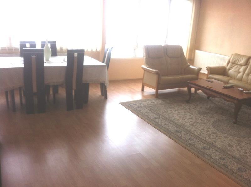 Shitet banesa 3 dhomëshe në lagjen Kodra e Diellit, me siperfaqe 90m2 kati 4-tër