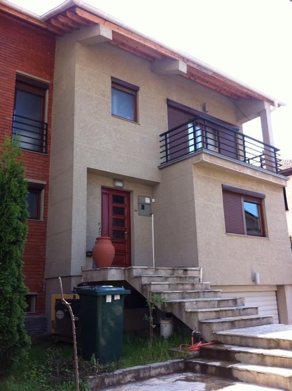 Ipet me qira shtëpia 2 katëshe 540m2 në lagjen Aktash (afër OSBE-së).