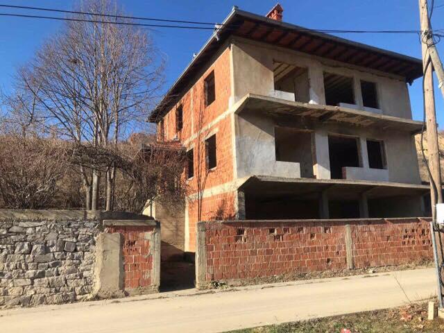 Shitet Shtepia me 23 Ari 90 m2 truall në lagjen Kolovica e re