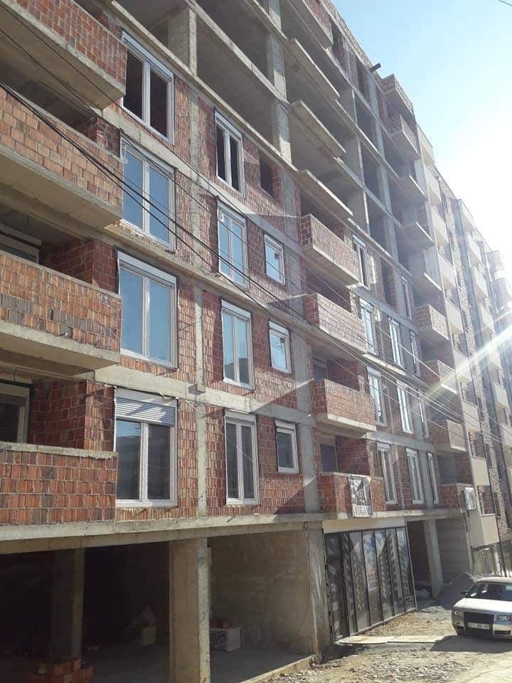 Shitet banesa 3 dhomëshe 83m2 kati 4 në lagjen Mati 1