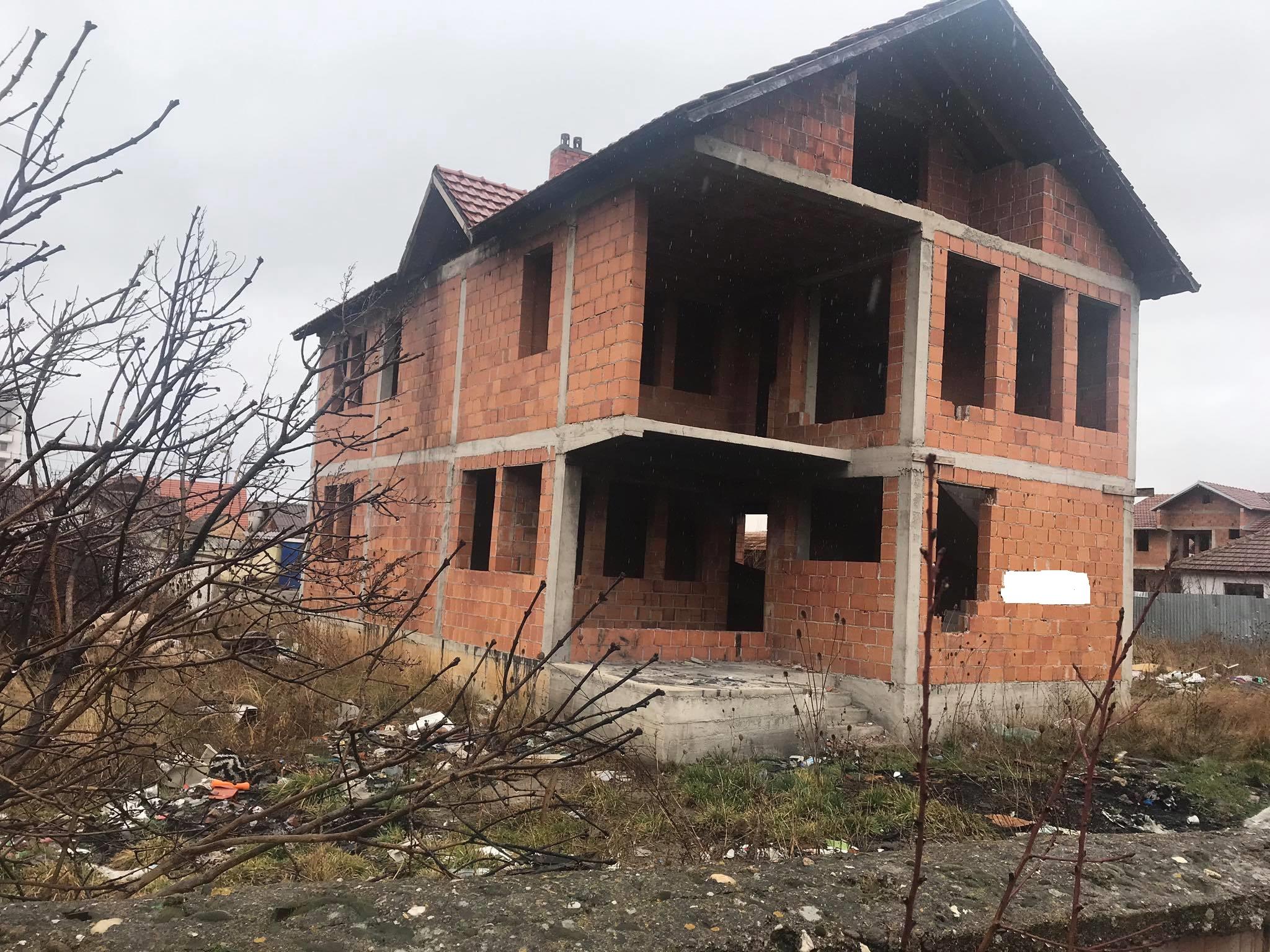 Shitet shtepia 2 katshe 250m2 me 2.5 Ari Truall në Fushë Kosovë