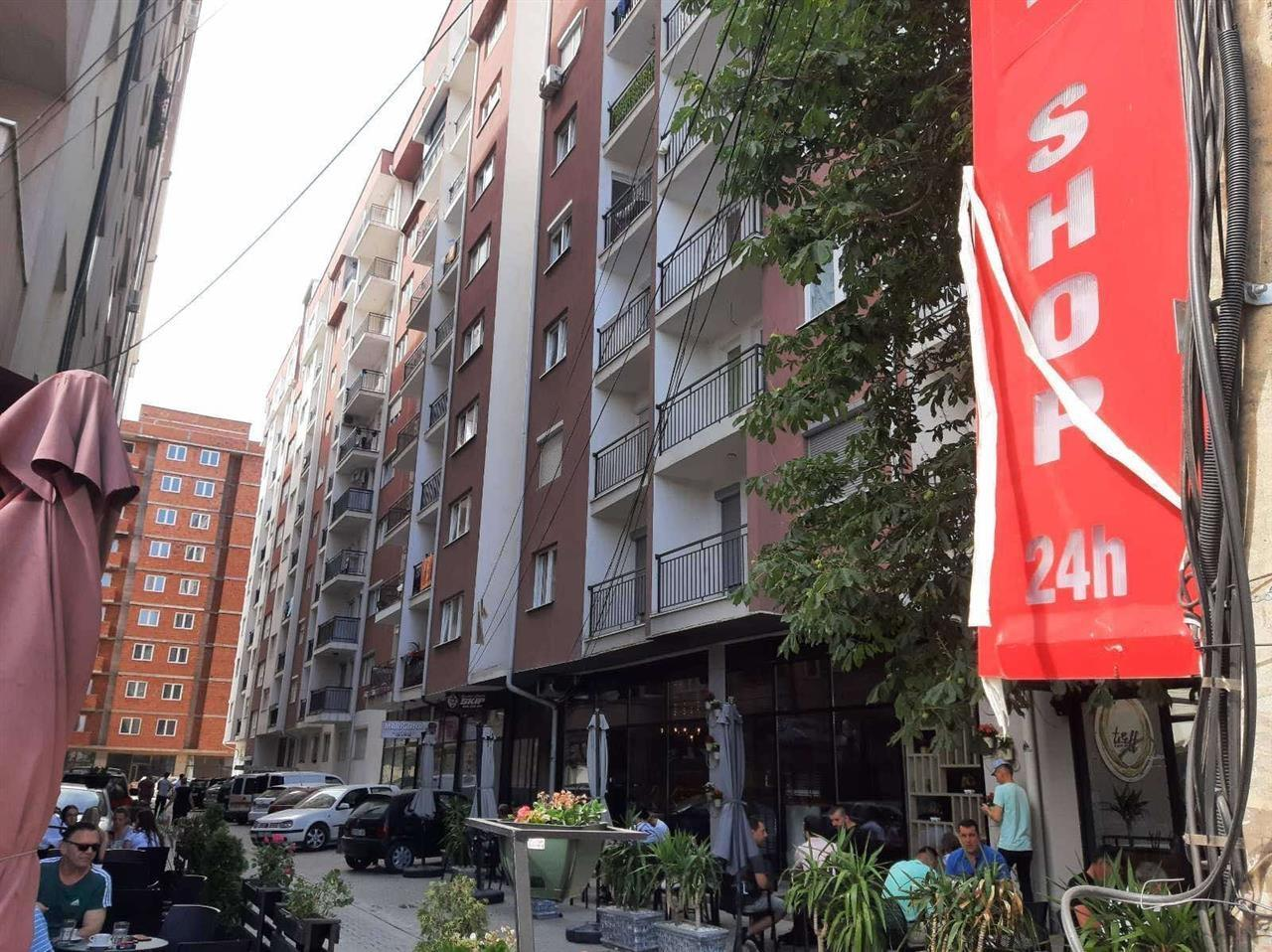 Shitet banesa 3 dhomëshe në Fushë Kosovë rruga Dardania, (afër shkollës Vivës së vjetër) me sipërfaqe 100m2, ne katin e 7-të.